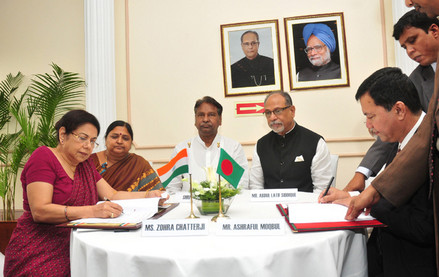 The Secretary, Ministry of Textiles, Ms.Zohra Chatterjee and the Sr. Secretary, Textiles, Bangladesh, Mr. Ashraful Moqbul signing an MoU for cooperation in Textile sector, in the presence of the Union Minister for Textiles, Dr. Kavuru Sambasiva Rao, the Minister of Textiles Bangladesh, Mr. Abdul Latif Siddique and Minister of State for Petroleum & Natural Gas and Textiles, Smt. Panabaka Lakshmi.