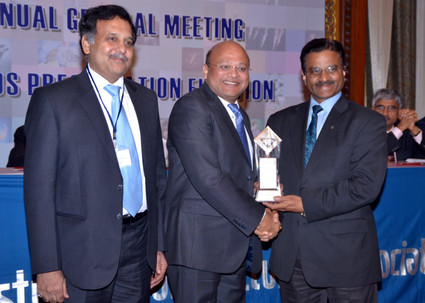 Mr Subhash Bhargava, MD, Colorant Ltd., receiving the award from Chief Guest Dr. Deepak Parikh, Vice Chairman and MD, Clariant Ltd.
