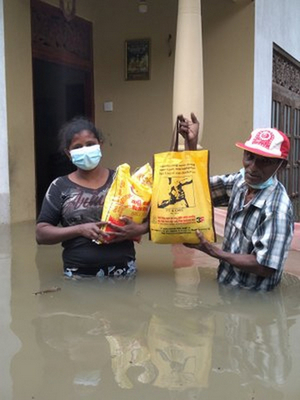 workers in flooded boarding houses2